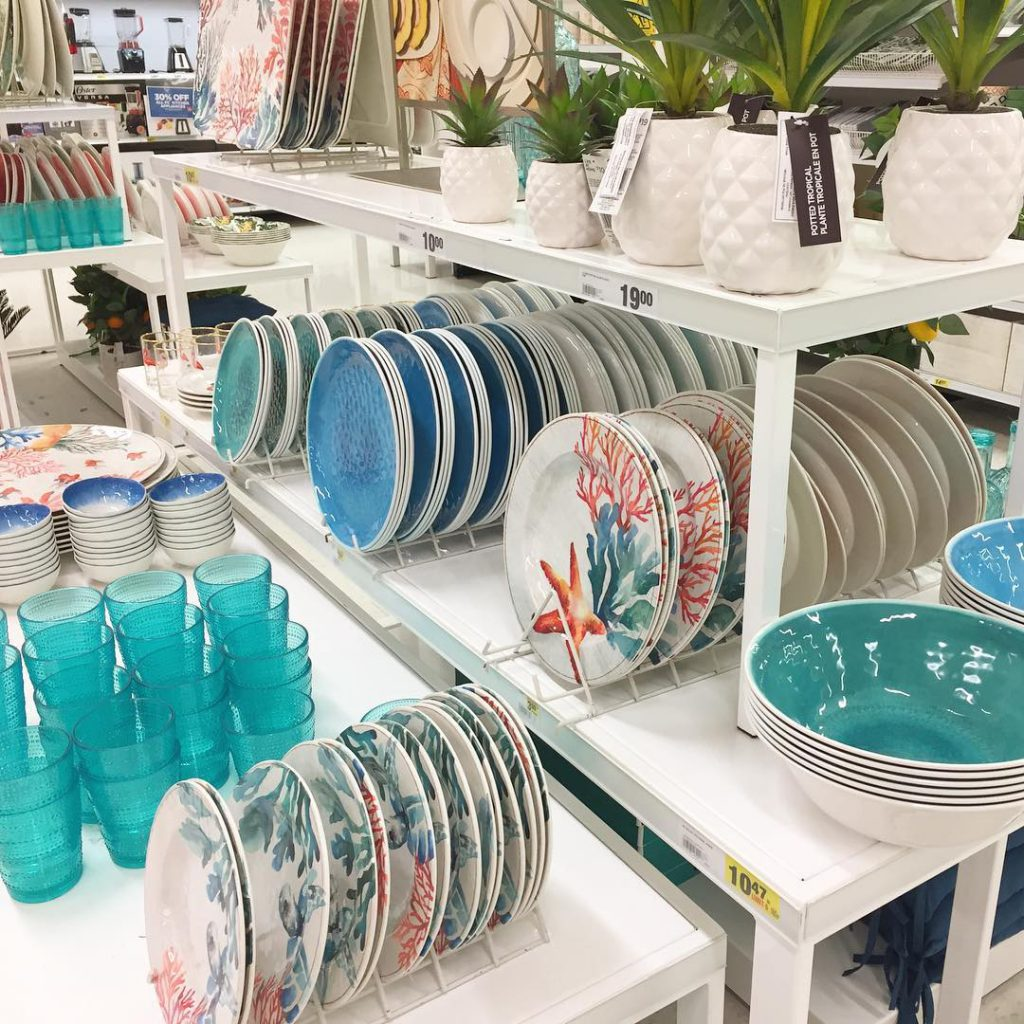 How pretty is this collection of outdoor dining ware fromhellip